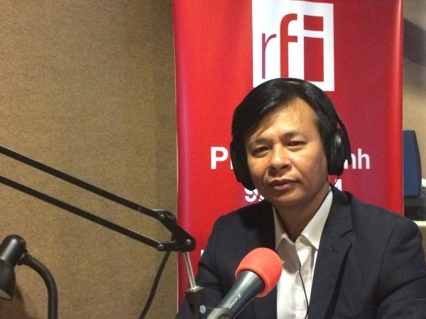 លោក ឆាយ សុផល ជាសាស្ដ្រាចារ្យសារព័ត៌មាន និងជាសមាជិកគណៈកម្មការនាយករបស់ក្លិបអ្នកកាសែតកម្ពុជា។ RFI@HENG Oudom